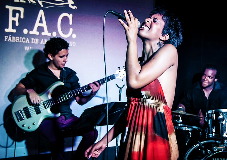 Cuban woman jazz singer at Fábrica de Arte.